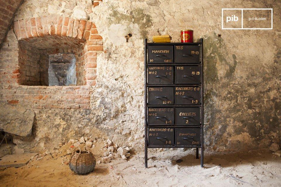 Deze kast met 10 lades zal alle fans van de industriële stijl verblijden doordat dit meubelstuk