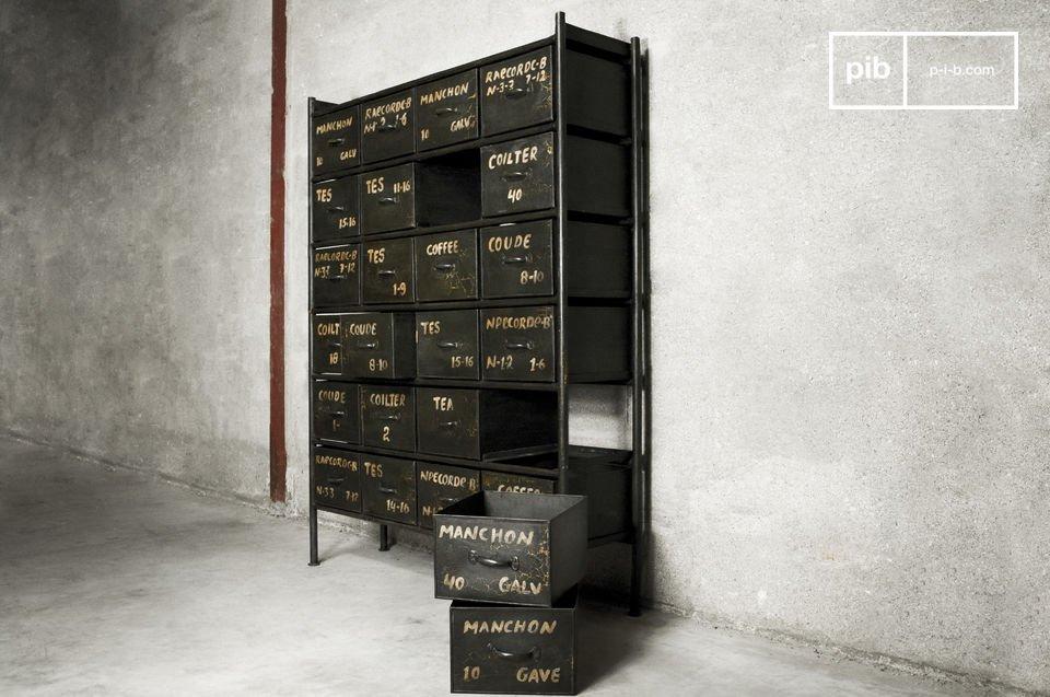 De termen van verschillende loodgieter materialen zijn geschilderd op de lades om het vintage
