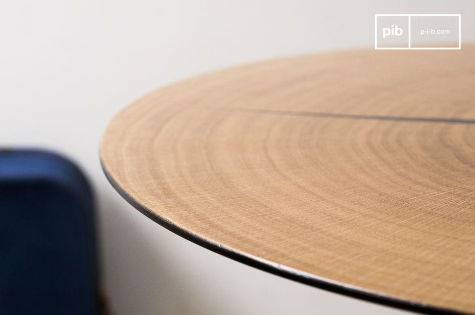 De Xylème bijzettafel bestaat uit een dun stuk licht eikenhout dat op een rond metalen blad is