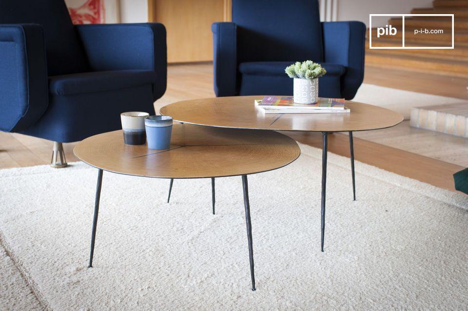 Een grafische tafel met lichtlijnen die hout en metaal combineren