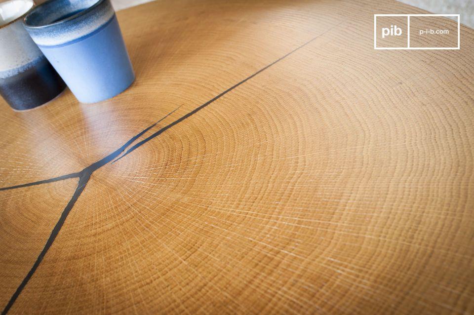 Het tafelblad is gemaakt van een eiken blad bevestigd op een metalen drager