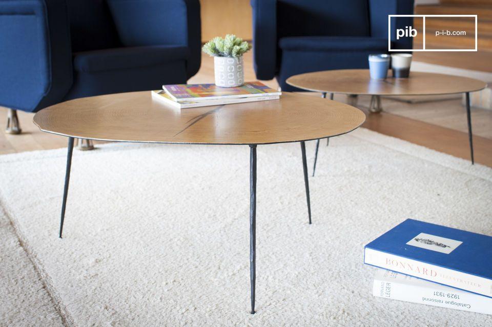 Een organische salontafel verrijkt door het gelakt eiken blad bovenblad dat door drie licht