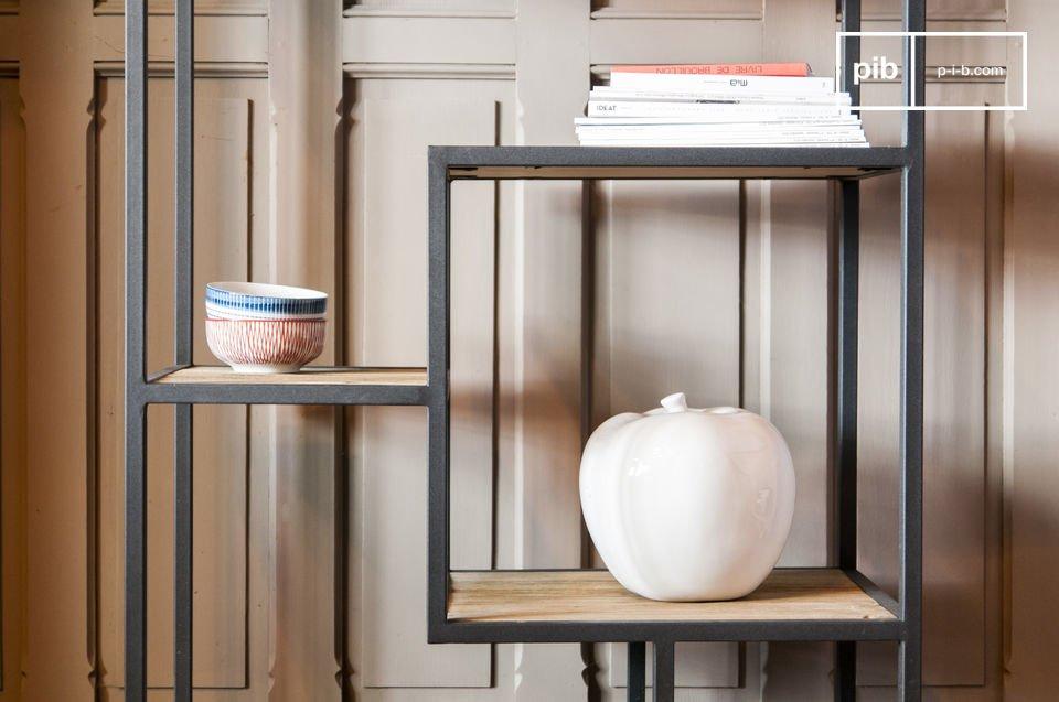 Elegante planken gemaakt van hout en metaal