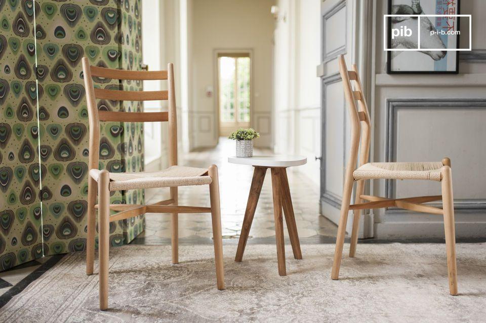 Een stoel met een slank design, ideaal rond een eettafel