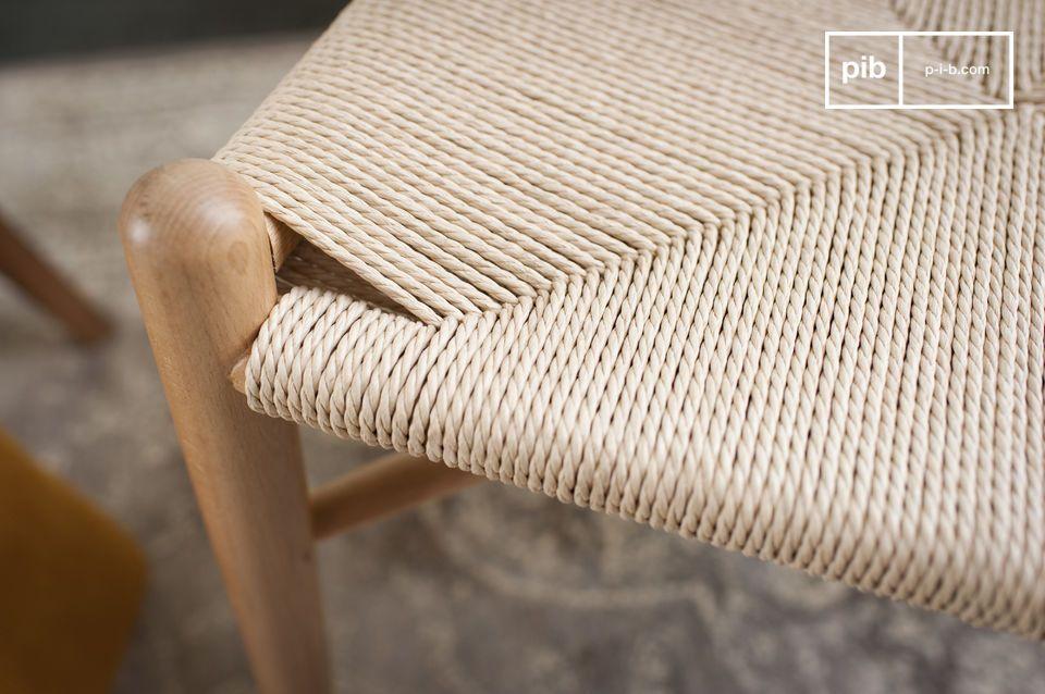 Een slank en glad ontwerp in gelakt hout