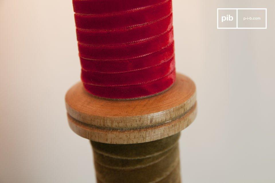 De stevige basis is gemaakt van massief hout en is omwikkeld met fluweel lint in zorgvuldig geselecteerde kleuren