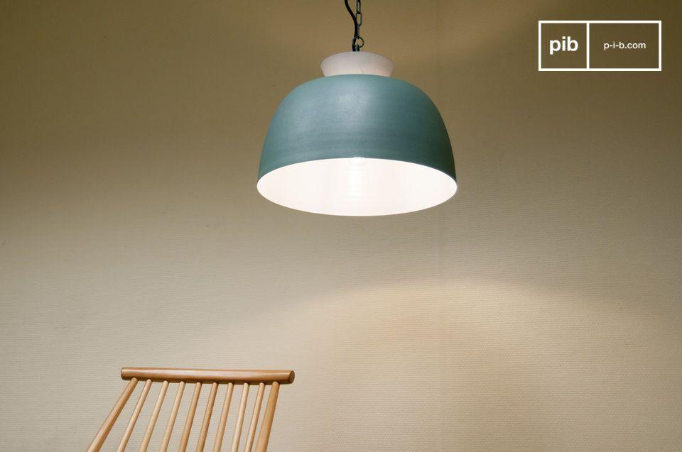 De binnenkant van de lamp is wit en zorgt op die manier voor een maximale verspreiding van licht