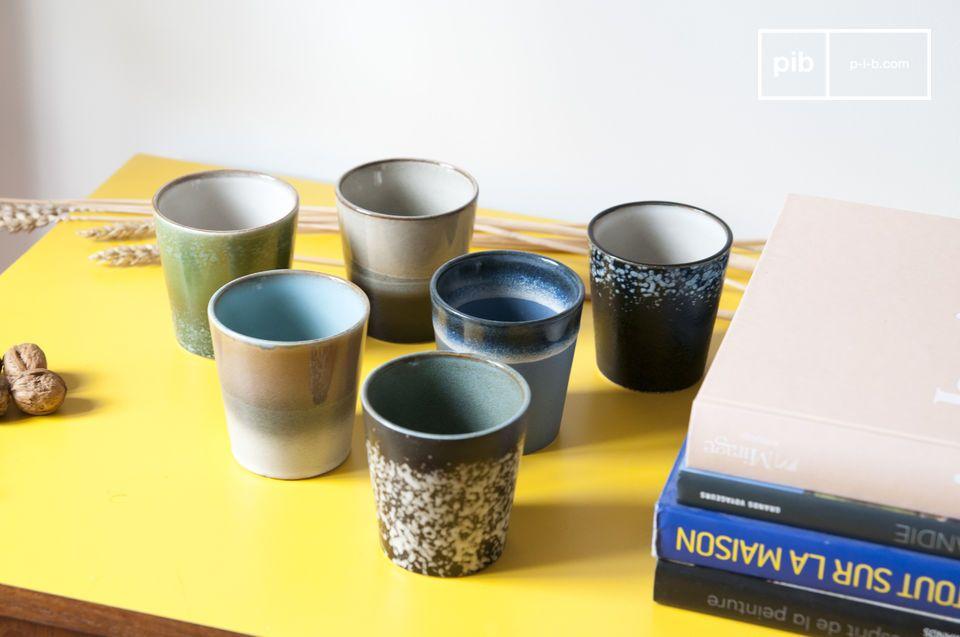 Een set van 6 keramische kopjes die zijn stijl ontleent aan servies uit de jaren 70