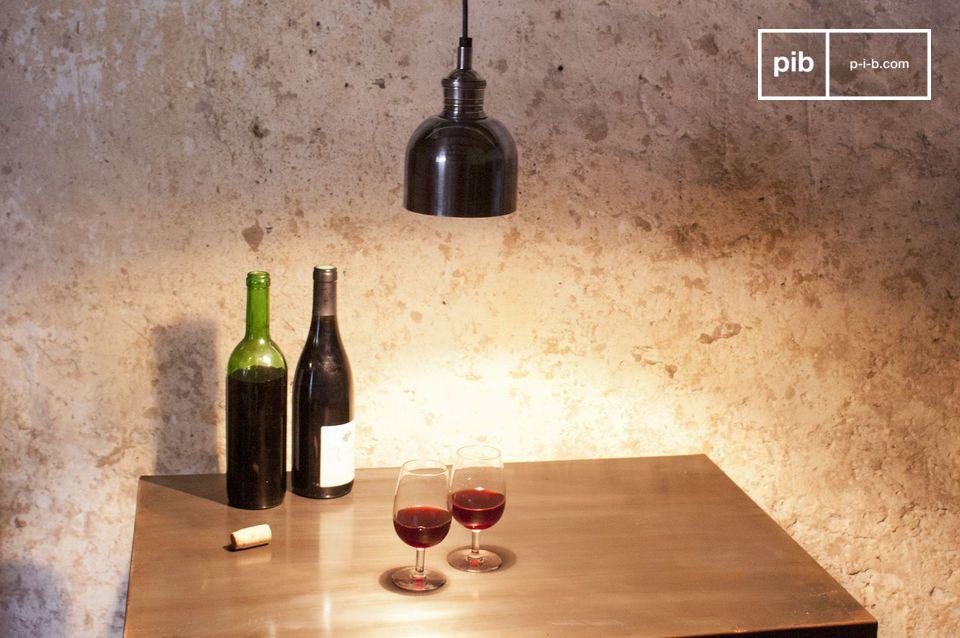 Een kleine industriele hanglamp om het bedhoofd te verlichten, een bar of een tafel