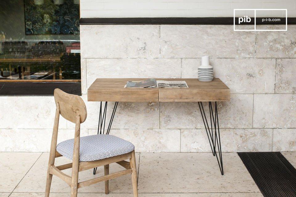 Het Zurich bureau toont een eenvoudig ontwerp welke makkelijk is te integreren in een breed scala aan interieurstijlen dankzij de combinatie van mooi afgewerkte donkere metalen poten in contrast met het lichte hout