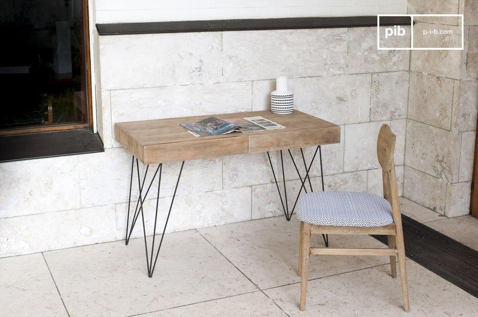 Afgezien van de afwerking, heeft dit meubelstuk ook een praktisch aspect met twee grote lades om alles op te bergen wat normaal bij een bureau hoort zodat alleen decoratieve voorwerpen zichtbaar zijn
