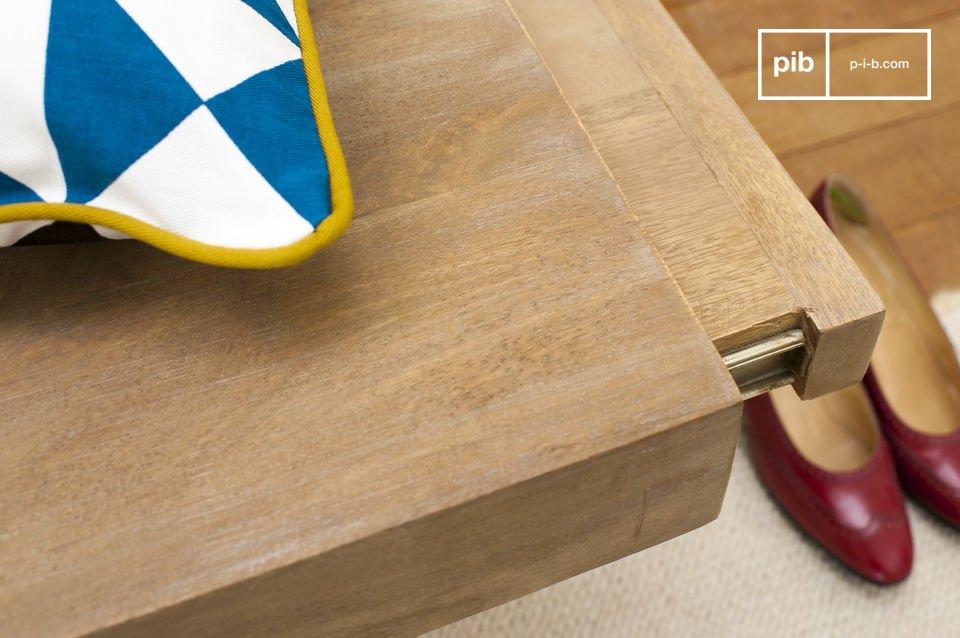 Volledig gemaakt van lichtjes gepatineerd hout, De Zurich Tv meubel is zeer stevig  Gemaakt van massief hout en staal, de Zurich salontafel is zeer stevig