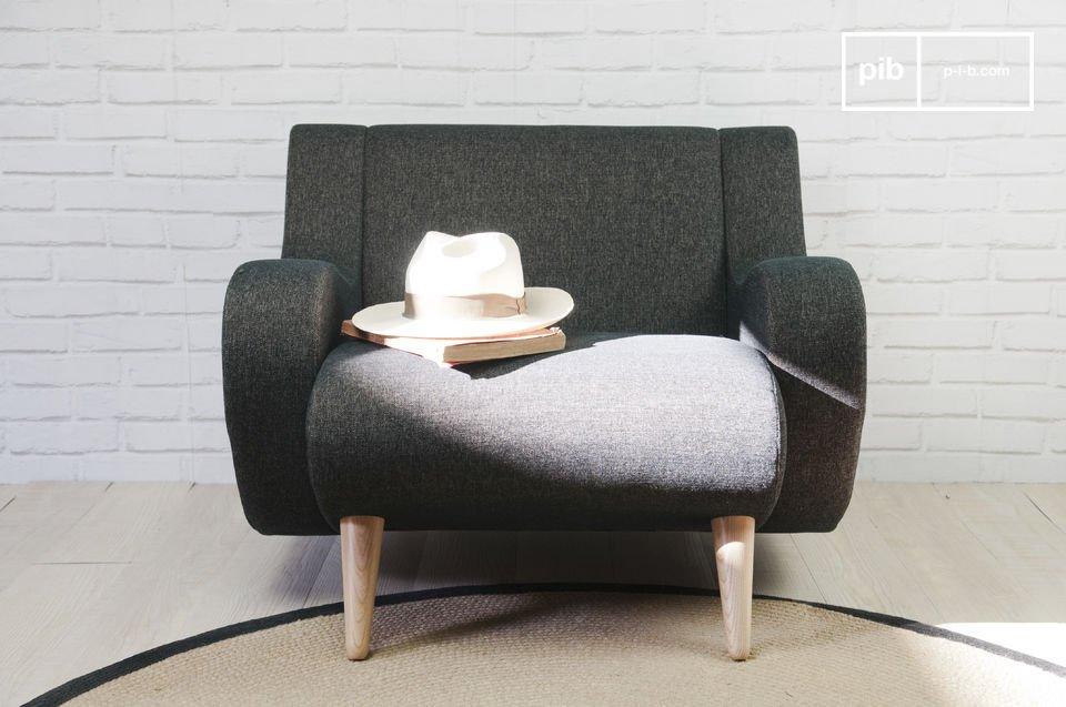 Deze bijzondere fauteuil heeft stevige poten die zijn gemaakt van eikenhout en de fauteuil is