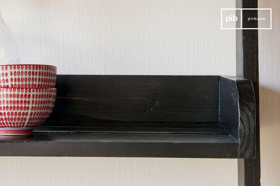 Een bibliotheek die de charme van gerecycleerd oud hout benadrukt: de zwarte houten bibliotheek van