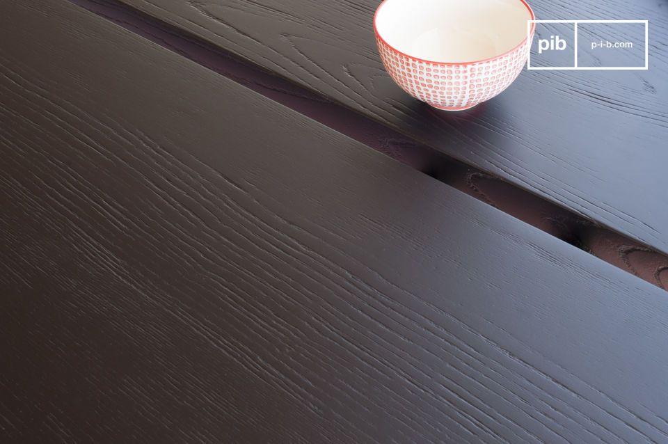 De Osaka eettafel heeft een dik, gebeitst essenhouten blad met een zwart gelakte afwerking